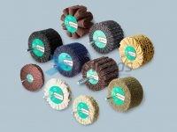 Lamelas e Escovas com Perno com diversas combinações: lamelas de malha abrasiva, lixa, ondulado, ventilado de tela, escovas de corda de sisal.
