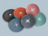 Discos de Fibra - diferentes abrasivos com suporte em fibra, em formato plano ou bombado, com grãos e furos a definir pelo cliente.