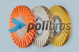 Discos Pregueados em L, da categoria Polimentos, da Polibras. Em tela ou sisal/tela, com centro em cartão ou com grapa metálica.